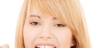 mulher escovando a língua