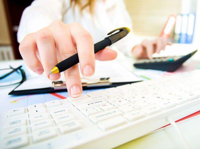 mulher fazendo cálculos