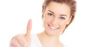 mulher sinal de positivo