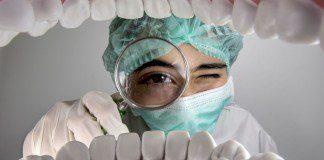 dentista com lupa